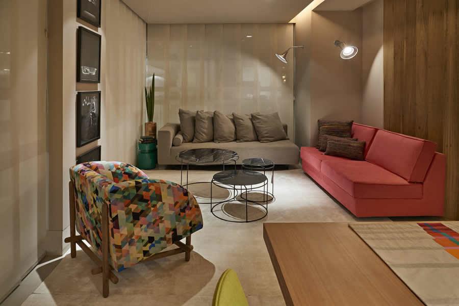 Sala grande com carpete e cortina - Salas de estar pequenas ...