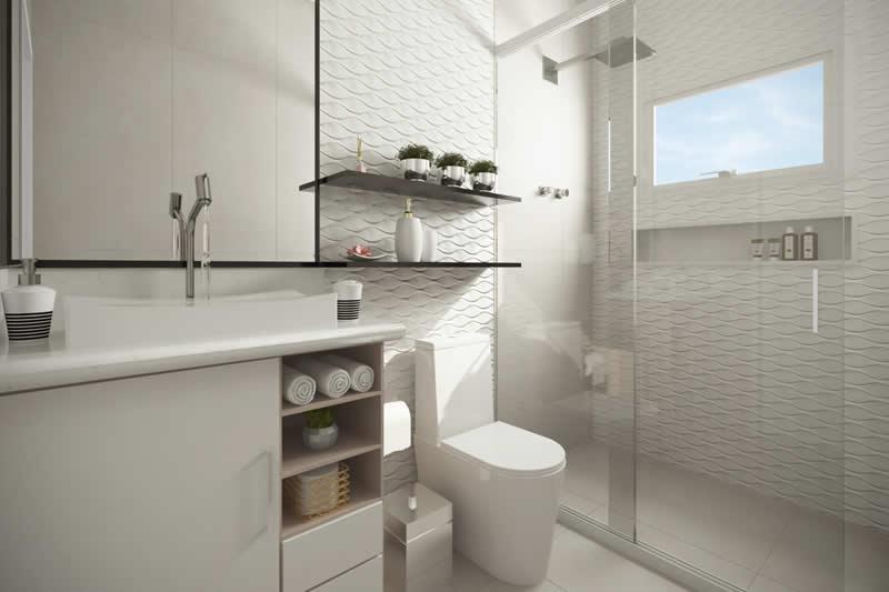 Banheiro grande com prateleiras